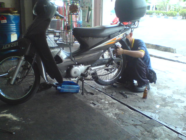 Fitting the new tyre to my bike
